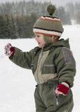 Niño feliz en el invierno que juega en nieve Foto de archivo libre de regalías