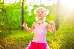 Niño feliz en el parque imagen de archivo libre de regalías