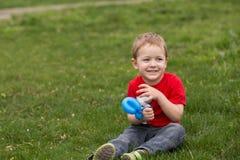Niño feliz en el prado Foto de archivo libre de regalías