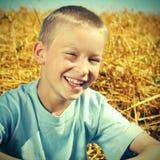 Niño feliz en el trigo Imagen de archivo libre de regalías
