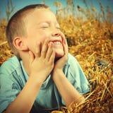 Niño feliz en el trigo Fotografía de archivo
