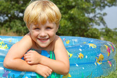 Niño feliz en piscina del bebé Fotos de archivo