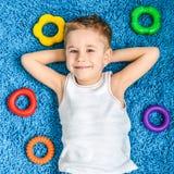 Niño feliz en piso en sala de estar en casa foto de archivo libre de regalías