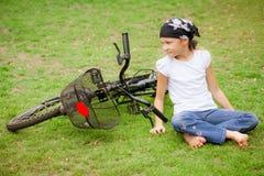 Niño feliz en una bicicleta Imagen de archivo libre de regalías