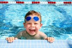Niño feliz en una piscina fotografía de archivo