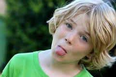 Niño feliz lindo del muchacho que es fresco fotos de archivo libres de regalías
