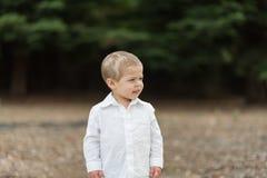 Niño feliz lindo en la camisa blanca Imagen de archivo libre de regalías