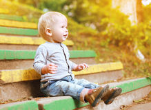 Niño feliz positivo que se divierte al aire libre en verano Fotografía de archivo libre de regalías