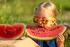 Niño feliz que come la sandía Fotografía de archivo