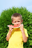 Niño feliz que come la sandía Imágenes de archivo libres de regalías