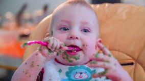 Niño feliz que come una comida metrajes