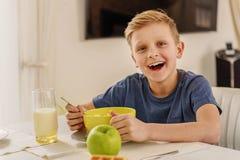Niño feliz que desayuna en casa Imagen de archivo