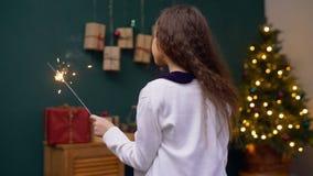 Niño feliz que goza de las chispas del fuego de la luz de Bengala almacen de metraje de vídeo
