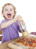 Niño feliz que hace la pizza fotos de archivo libres de regalías