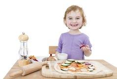 Niño feliz que hace la pizza imágenes de archivo libres de regalías