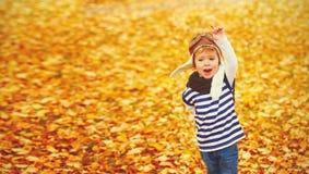 Niño feliz que juega al aviador experimental al aire libre en otoño Fotos de archivo libres de regalías