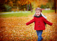 Niño feliz que juega al aviador experimental al aire libre en otoño Imagen de archivo