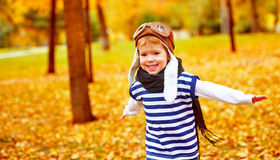 Niño feliz que juega al aviador experimental al aire libre en otoño Foto de archivo libre de regalías