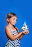 Niño feliz que juega con el barco Vacaciones de verano y concepto del viaje Foto de archivo