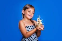 Niño feliz que juega con el barco Vacaciones de verano y concepto del viaje Imagen de archivo libre de regalías