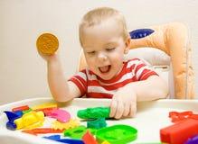 Niño feliz que juega el plasticine Fotografía de archivo
