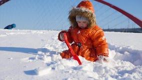 Niño feliz que juega en el parque en un día de invierno soleado Paisaje del invierno Nevado outdoors metrajes