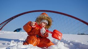 Niño feliz que juega en el parque en un día de invierno soleado Paisaje del invierno Nevado outdoors almacen de video