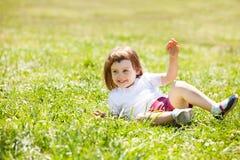 Niño feliz que juega en el prado de la hierba Imagen de archivo libre de regalías
