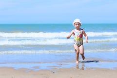 Niño feliz que juega en la playa fotografía de archivo libre de regalías