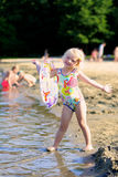 Niño feliz que juega en la playa imagen de archivo libre de regalías