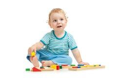 Niño feliz que juega los juguetes Imagen de archivo libre de regalías