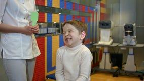 Niño feliz que revisa vista Fotos de archivo