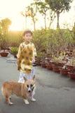 Niño feliz que se divierte con el vestido tradicional ao dai en Ochna adentro Fotos de archivo libres de regalías