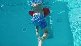 Niño feliz que se divierte en piscina clara azul metrajes
