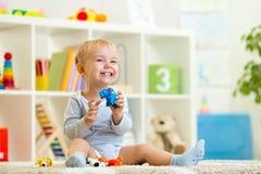 Niño feliz que sostiene el juguete elefant Imagen de archivo libre de regalías
