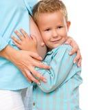 Niño feliz que sostiene el vientre de la mujer embarazada Imagen de archivo libre de regalías
