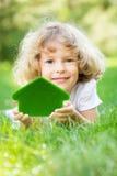 Niño feliz que sostiene la casa 3d Fotos de archivo libres de regalías