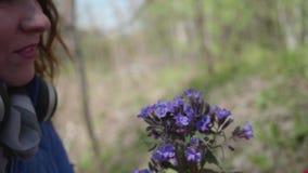 Niño feliz que sostiene un ramo de wildflowers Un regalo de mi madre mientras que camina en el parque Familia feliz, amando metrajes