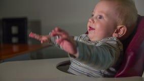 Niño feliz que teclea con sus manos metrajes