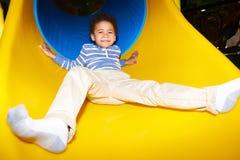 Niño feliz que va abajo de diapositiva Fotografía de archivo