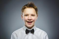 Niño feliz Retrato del muchacho hermoso que sonríe en fondo gris imágenes de archivo libres de regalías
