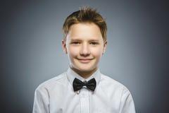 Niño feliz Retrato del muchacho hermoso que sonríe en fondo gris fotografía de archivo libre de regalías