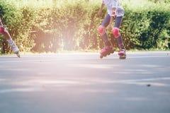 Niño feliz rollerblading en un día soleado Fotos de archivo
