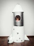 Niño feliz vestido en un traje del astronauta fotos de archivo