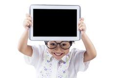 Niño femenino con la tableta en estudio Foto de archivo