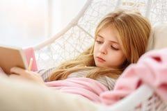 Niño femenino de Dreamful que guarda un libro de día Imagenes de archivo