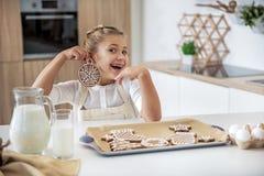 Niño femenino feliz que se divierte con el pastel del dulce del día de fiesta fotografía de archivo