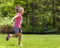 Niño femenino que juega en yarda Fotografía de archivo libre de regalías