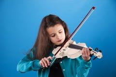 Niño femenino que toca el violín Imagen de archivo libre de regalías