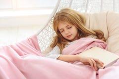 Niño femenino sereno que toma una siesta con inocencia Imágenes de archivo libres de regalías